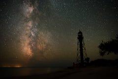 De achtergrond van donkerblauwe nachthemel met talloos fonkelt sterren en bewegende witte wolken op op het Royalty-vrije Stock Afbeelding