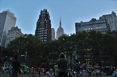 De Achtergrond van Empire State Buildingwolkenkrabbers bij Bryant Park New York City-Horizon royalty-vrije stock afbeeldingen