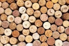 De achtergrond van gebruikte wijn kurkt, kurkt de muur van velen verschillende wijn close-up stock afbeelding