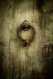 De achtergrond van Grunge - roestige antieke deurkloppers Stock Afbeelding
