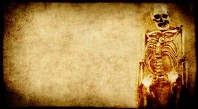 De achtergrond van Halloween grunge met menselijk skelet Royalty-vrije Stock Foto's