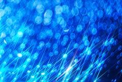 De achtergrond van de heldere glanzende stralen op het blauw royalty-vrije illustratie