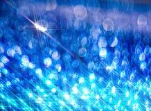 De achtergrond van de heldere glanzende stralen op het blauw royalty-vrije stock fotografie
