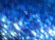 De achtergrond van de heldere glanzende stralen op het blauw stock illustratie