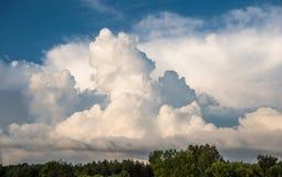 De achtergrond van de hemel met wolken stock afbeeldingen
