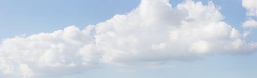 De achtergrond van de hemel met wolken Hemel met wolken Panorama van wolken Stock Foto's