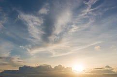 De achtergrond van de hemelzonsondergang, wolken met achtergrond Royalty-vrije Stock Afbeelding