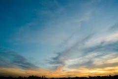 De achtergrond van de hemelzonsondergang, wolken met achtergrond Royalty-vrije Stock Foto's
