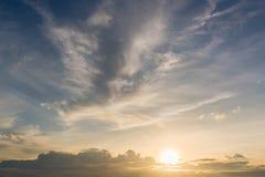 De achtergrond van de hemelzonsondergang, wolken met achtergrond Stock Afbeelding
