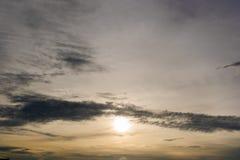 De achtergrond van de hemelzonsondergang, wolken met achtergrond Stock Foto's