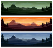 De achtergrond van het aardlandschap met silhouetten van bergen en bomen Royalty-vrije Stock Foto