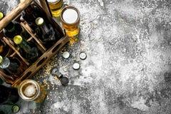 De achtergrond van het bier Vers bier in glazen en een oude doos Royalty-vrije Stock Afbeelding