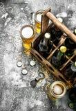 De achtergrond van het bier Vers bier in glazen en een oude doos Royalty-vrije Stock Fotografie