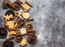De achtergrond van het ChristmasChristmasbaksel met geassorteerde Kerstmiskoekjes, kruiden, koekjesvormen en houten scherpe raad  Stock Fotografie