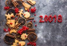 De achtergrond van het ChristmasChristmasbaksel met geassorteerde Kerstmiskoekjes, kruiden, koekjesvormen en houten scherpe raad  Stock Afbeelding
