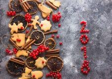 De achtergrond van het ChristmasChristmasbaksel met geassorteerde Kerstmiskoekjes, kruiden, koekjesvormen en houten scherpe raad  Royalty-vrije Stock Afbeeldingen