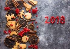 De achtergrond van het ChristmasChristmasbaksel met geassorteerde Kerstmiskoekjes, kruiden, koekjesvormen en houten scherpe raad  Royalty-vrije Stock Afbeelding
