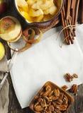 De achtergrond van het de herfstvoedsel met appelen, kruiden en noten ingrediënten Royalty-vrije Stock Afbeelding