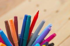 De achtergrond van het de kunstonderwijs van de kleurenpen stock afbeelding