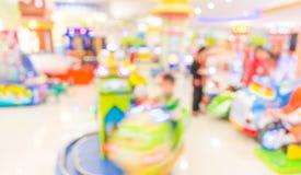 De achtergrond van het de machinewerkplaatsonduidelijke beeld van het arcadespel met bokehbeeld Stock Foto's
