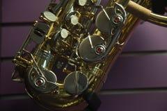 De achtergrond van het de muziekinstrument van de detailsaxofoon peuple Royalty-vrije Stock Foto's
