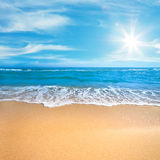 De achtergrond van het de zomerconcept - Overzees Strand met zonnige blauwe hemel Stock Foto