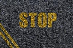 De achtergrond van het eindeteken op asfalt met assen Stock Afbeeldingen