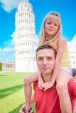 De achtergrond van het familieportret de het Leren Toren in Pisa Pisa - reis naar beroemde plaatsen in Europa stock afbeelding