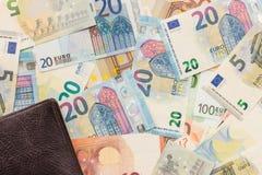 De Achtergrond van het geld De bruine portefeuille ligt op een paneel van euro bankbiljetten royalty-vrije stock foto's