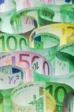 De achtergrond van het geld - euro bankbiljetten onder aangestoken royalty-vrije stock foto