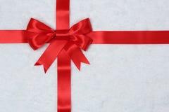 De achtergrond van het giftlint met sneeuw voor giften op Kerstmis stock afbeelding