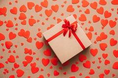De achtergrond van het hart Rood nam toe Abstract document harten en giftvakje met rood lint Stock Foto's