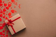 De achtergrond van het hart Rood nam toe Abstract document harten en giftvakje met rood lint Royalty-vrije Stock Foto's