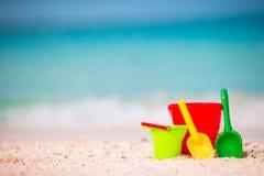 De achtergrond van het het strandspeelgoed van kinderen het overzees Stock Foto's