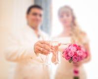De achtergrond van het huwelijksonduidelijke beeld met bruid en bruidegom Stock Foto