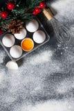 De achtergrond van het Kerstmisbaksel met eieren, zwaait en vloer Stock Afbeelding