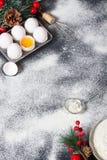 De achtergrond van het Kerstmisbaksel met eieren, zwaait en vloer Royalty-vrije Stock Afbeeldingen