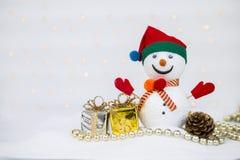 De achtergrond van het Kerstmisconcept van Ontwerpsneeuwman met glanzende giftdoos royalty-vrije stock afbeelding