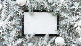 De achtergrond van het Kerstmiskader met Kerstmisboom en Kerstmisdecoratie De vrolijke kaart van de Kerstmisgroet, banner Het the stock foto's