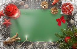 De achtergrond van het Kerstmisnieuwjaar met Kerstmisboom, gift, decoratie Stock Foto's