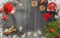 De achtergrond van het Kerstmisnieuwjaar met Kerstmisboom, gift, decoratie Royalty-vrije Stock Afbeeldingen