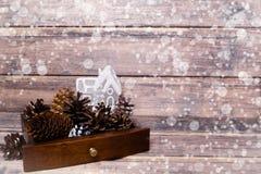 De achtergrond van het Kerstmisstilleven met kegels en stuk speelgoed huis De ruimte van het exemplaar Stock Afbeelding