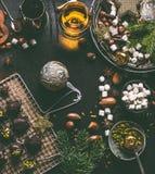 De achtergrond van het Kerstmisvoedsel met chocolade, heemst, koekjes, eigengemaakte pralines, cacao, noten en geesten stock foto's