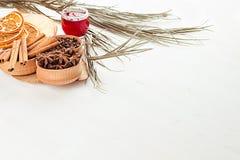 De achtergrond van het Kerstmisvoedsel - overwogen wijn Decoratieve decoratie van kruiden en dranken op witte houten lijst royalty-vrije stock foto's