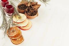 De achtergrond van het Kerstmisvoedsel - overwogen wijn Decoratieve grens van kruiden en dranken op witte houten raad stock fotografie