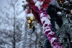 De achtergrond van het nieuwjaar of van Kerstmis Verfraaide Kerstboomtribune Stock Foto