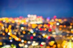 De achtergrond van het onduidelijke beeld Nachtlichten in restaurant Stock Fotografie