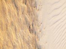 De achtergrond van het strandzand De textuur van het zand Bruin zand Royalty-vrije Stock Afbeeldingen