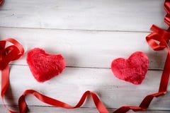 De achtergrond van het Valentine'sconcept, samenstelling met rode harten Stock Afbeelding