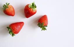 De achtergrond van het voedsel Close-up op vers organische rode rijpe aardbeien die op een witte achtergrond liggen De zomer rijp Stock Foto's